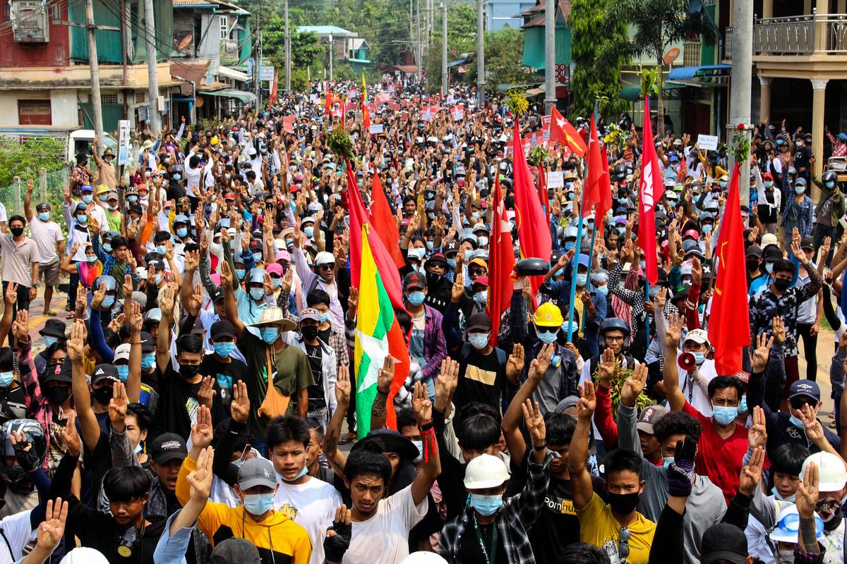 圖為3月27日,抗議者在緬甸土瓦(Dawei)舉行抗議。(Photo by Handout / various sources / AFP)