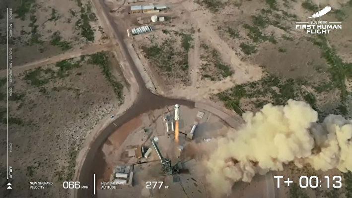 這張來自藍色起源公司的圖片顯示,2021年7月20日,該公司可重複使用的新謝潑德(New Shepard)從德薩斯州的範霍恩(Van Horn)發射。——藍色起源公司首次載人任務是從德薩斯州西部起飛,達到65英里(106公里)的高度後返回地面。來回飛行時間持續11分鐘。這一天是阿波羅11號人首次登月52周年。(Handout / BLUE ORIGIN / AFP)