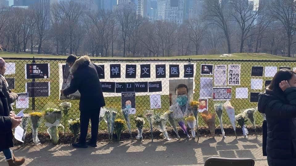 上百名紐約華人2020年2月9日下午,在曼哈頓中央公園吹哨悼念李文亮醫生。(ken siu臉書)