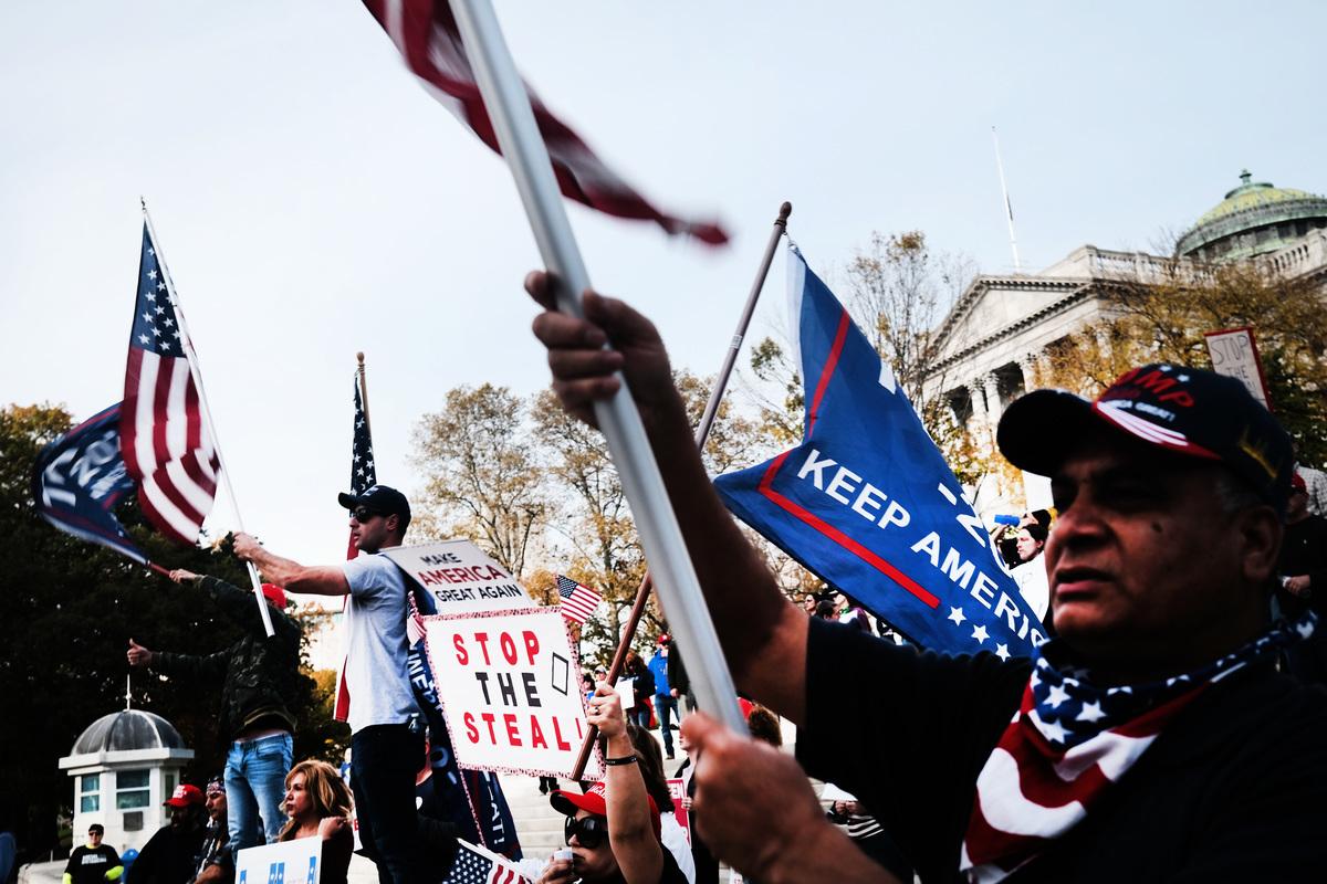2020年11月5日,特朗普總統的支持者在賓夕凡尼亞州府的台階上呼籲停止該州的選票統計。(Spencer Platt/Getty Images)