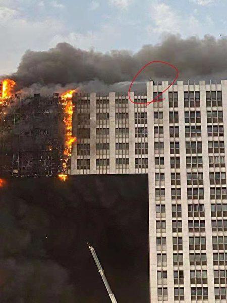 2021年8月27日下午,遼寧省大連市地標性建築凱旋國際大廈發生大火。(網民提供)