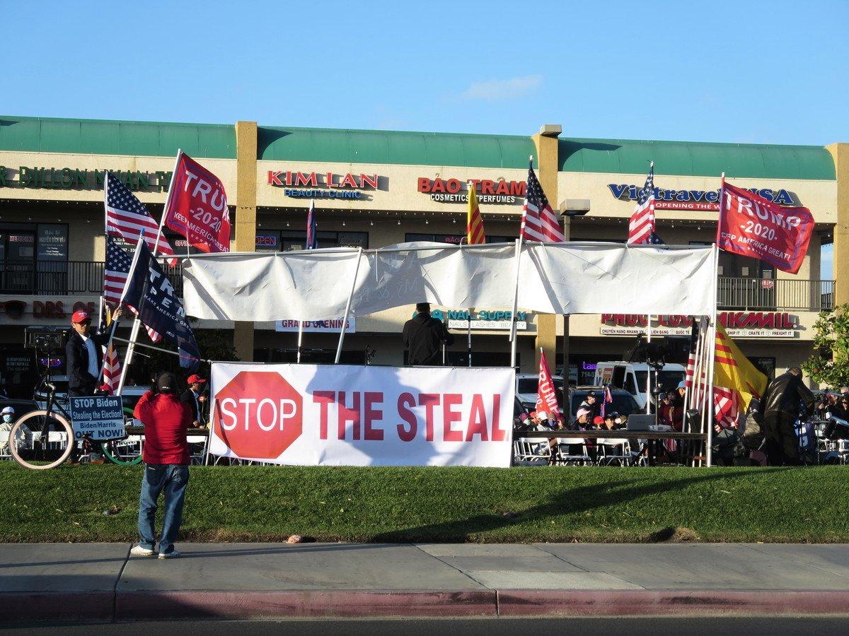 11月8日, 越南裔美國人為美國和特朗普祈禱集會,標語為「停止盜竊(選票)」。(李梅/大紀元)