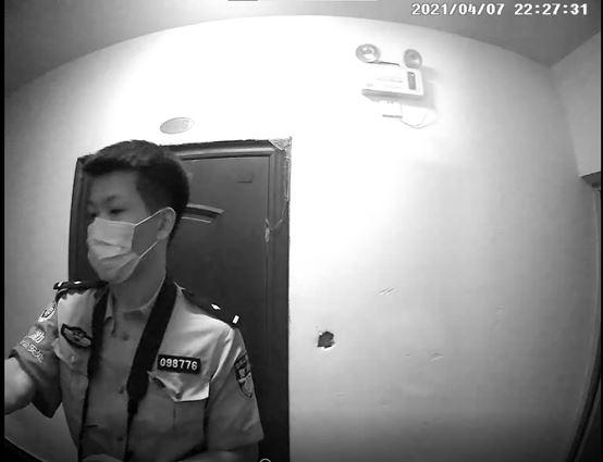 2021年4月7日晚,威脅開門的警察,警號:098776。(明慧網)