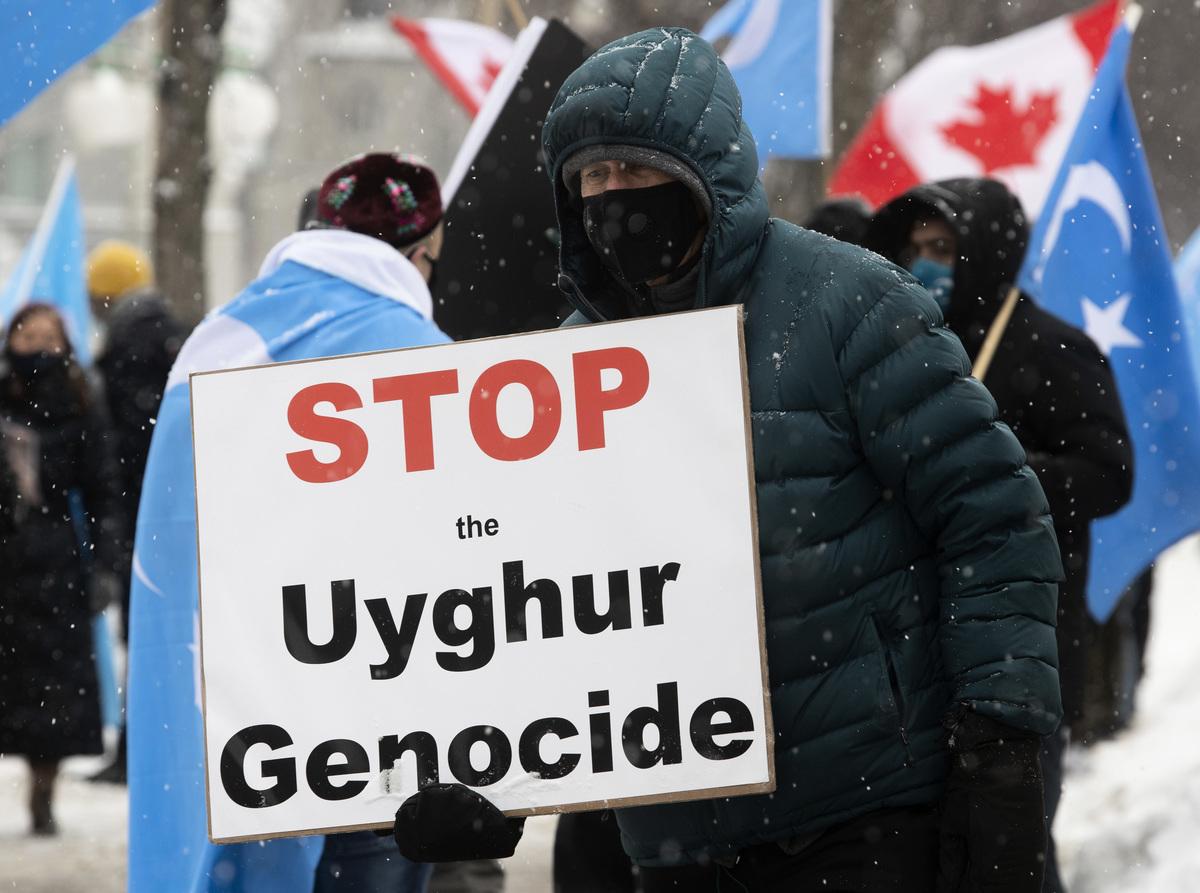 該動議是繼去年10月國會國際人權小組委員會全體通過認定中共群體滅絕後的進一步推進。圖為2021年2月22日,抗議者聚集在在渥太華的國會大廈外。(加通社)