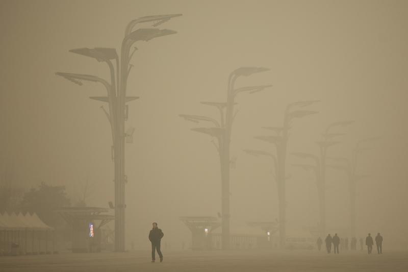 儘管習近平欲爭當環保主義領頭羊,但中共對國內污染嚴重的現狀束手無策。圖為2015年12月嚴重霧霾污染下的北京奧林匹克公園。(Li Feng/Getty Images)