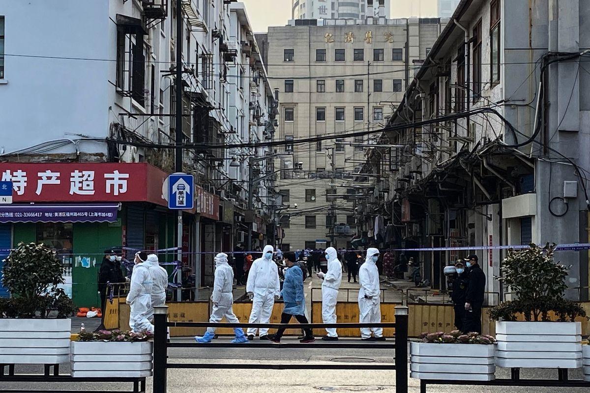 上海疫情持續嚴重,最新確診病例已從黃浦區延伸到長寧區。圖為1月21日黃浦區昭通路居民區的情況。(STF/AFP via Getty Images)