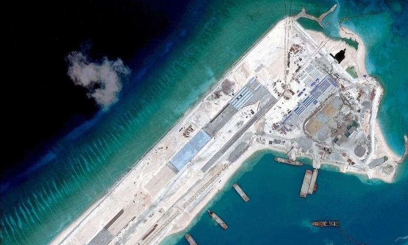 據傳中共解放軍計劃8月,在海南島周遭的南海區域,將進行奪島、登陸演習,並以東沙群島作為想定對象,更欲圖謀設置「南海防空識別區」。圖為中共在南海建立人造島嶼。(Digital Globe/AFP/Getty Images)