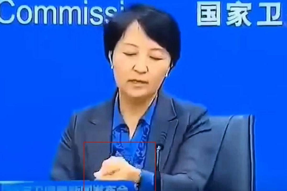 近日,中共國家衛健委一名女司長在新聞發佈會上一邊發言,一邊摘手錶引起輿論關注。其迅速摘錶背後是否有隱情,外界尚不得而知。
