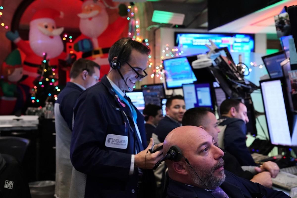 拜中美達成初步協議之賜,美股三大股指2019年12月16日大漲,連續第四個交易日上漲,不僅創下歷史新高,且有可能為今年的股市劃下圓滿句點。(BRYAN R. SMITH/AFP via Getty Images)
