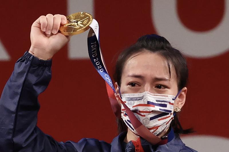 郭婞淳27日在東京奧運女子舉重59公斤級拿下的這面金牌。圖為郭婞淳在頒獎台上高舉金牌,一度紅了眼眶。(中央社)