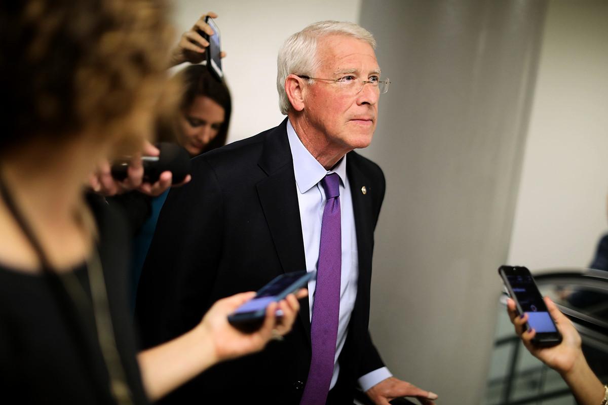 圖:2017年5月16日,美國華盛頓,美國參議員羅傑·威克(共和黨人)在前往參議院的路上對記者發表講話。(Chip Somodevilla/Getty Images)