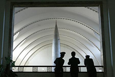 2004年12月6日,中共士兵在北京軍事博物館的一個陽台上欣賞主樓層展出的中國製造的東風-1號導彈。(Frederic J. Brown/AFP via Getty Images)