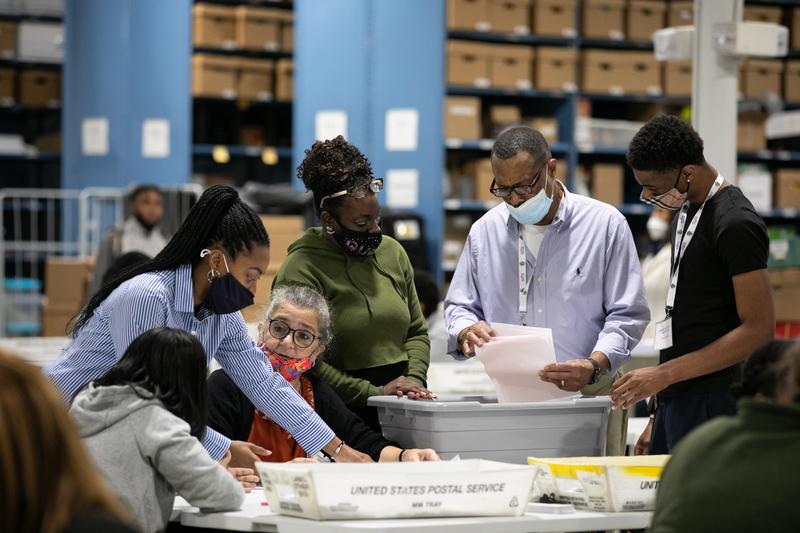 共和黨聯邦眾議員道格·柯林斯(Doug Collins)強烈要求佐治亞州州務卿宣佈「在每個縣,針對每一張選票,完全進行手工計票」。圖為2020年11月6日,佐治亞州勞倫斯威爾,格威納特縣的選務人員進行計票工作。(Jessica McGowan/Getty Images)