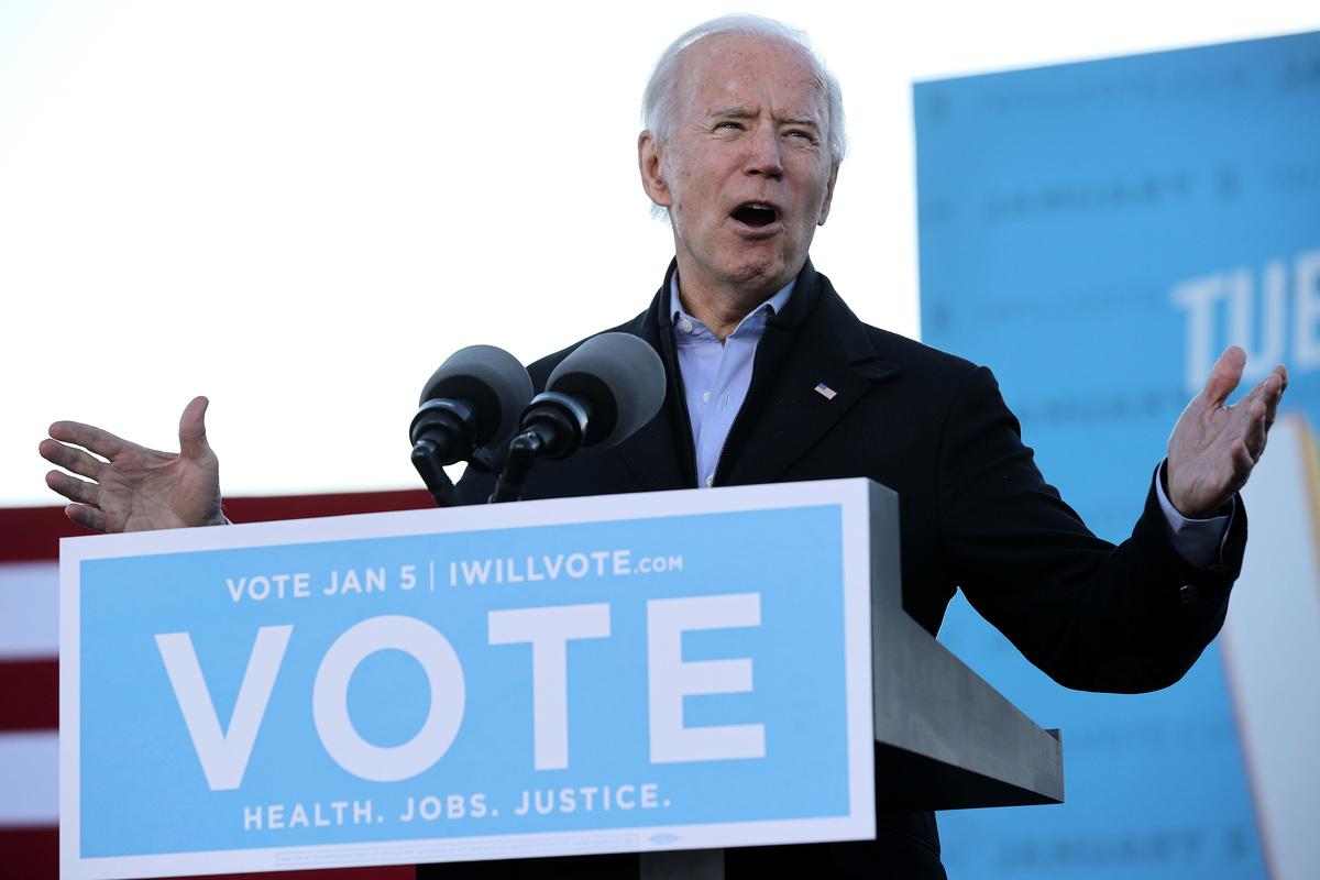 拜登2021年1月4日在佐治亞州參加為兩名民主黨參議員候選人助選的集會。(Chip Somodevilla/Getty Images)