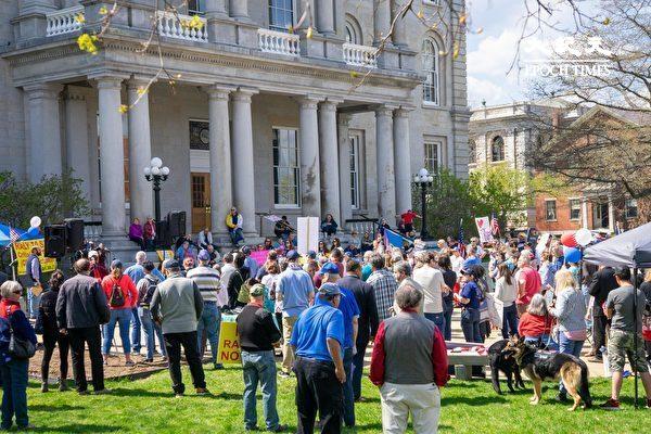 新罕布什爾州數百民眾參與集會,呼喚自由平等,反對種族分裂。(劉景燁/大紀元)