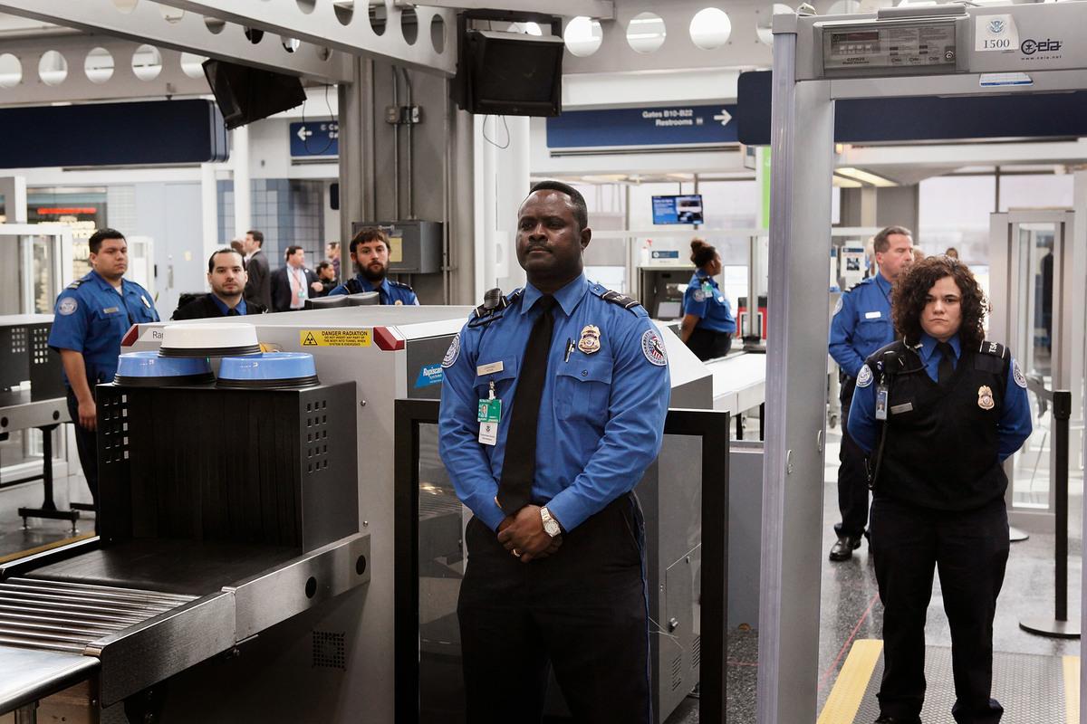 美國移民局日前發出公告,不准共產黨或任何其他極權主義政黨的黨員或相關成員入籍美國。圖為美國海關。(Scott Olson/Getty Images)
