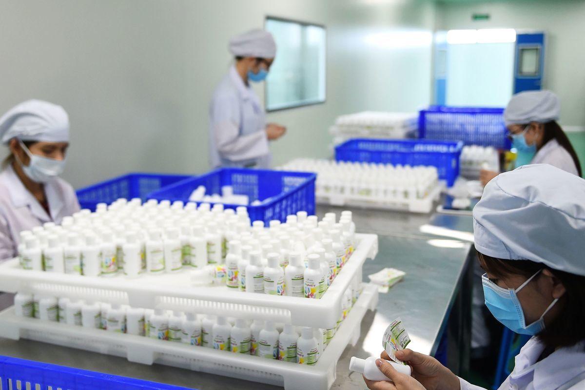 台灣內需產業的配置將有所調整,包括:生技醫療、公共衛生,以及防疫物資的製造,將會是未來的發展重點之一。圖為藥品示意圖。(Getty Image)