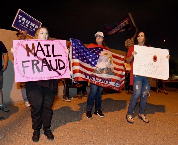 2020年11月4日,內華達州北拉斯維加斯,特朗普的支持者在Clark County Election Departmen點票中心外,抗議郵寄選票政策。(Ethan Miller/Getty Images)