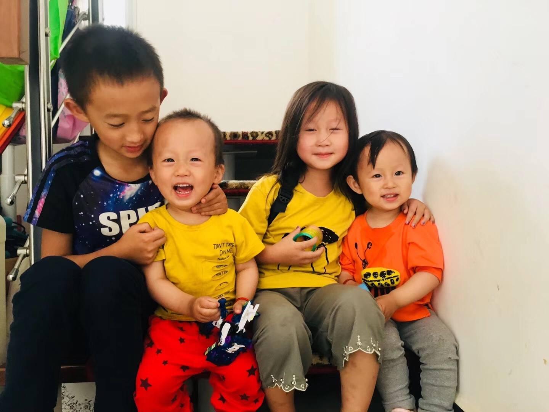 圖為王藏夫婦的四個年幼的孩子。父母還在,他們卻成孤兒。(受訪者提供)
