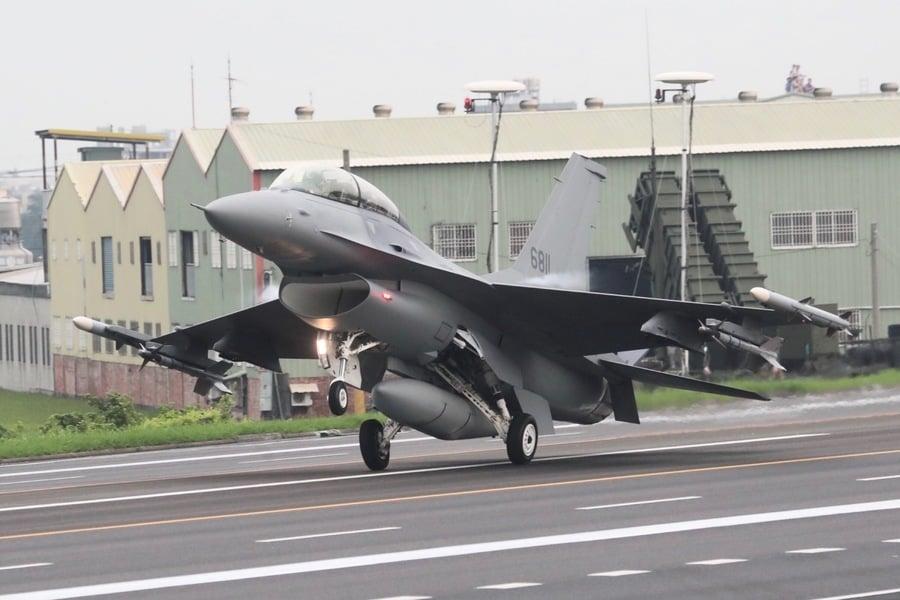 應對中共入侵 台灣戰機在高速公路上演練