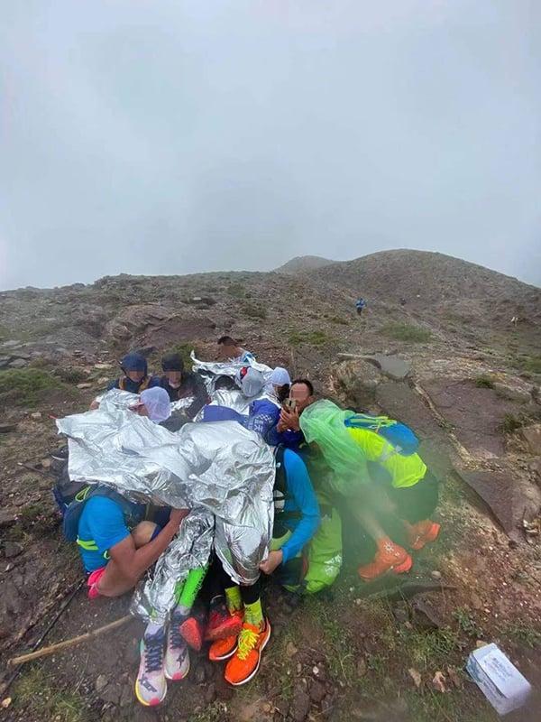 2021年5月22日,甘肅省白銀市山地馬拉松遇極端天氣,主辦方未就惡劣天氣做出預警,同時救援不力,導致21人遇難。(微博圖)