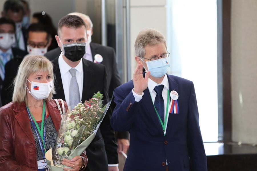 捷克市長致信王毅:你是無理的粗魯小丑