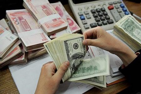 6月7日,人民幣離岸價盤中下跌400點,接連跌破3大關口。(STR/AFP/Getty Images)