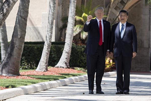 圖為2017年4月美國總統特朗普與中國國家領導人習近平在美國海湖莊園的首次非正式會談。(JIM WATSON/AFP/Getty Images)