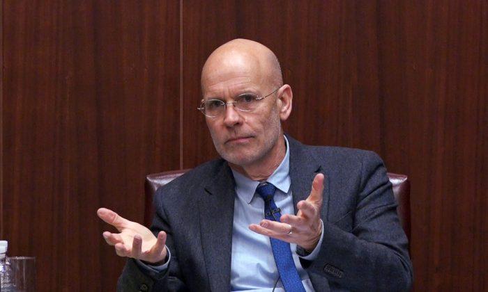 查理斯特大學(Charles Sturt University)公共倫理學教授、中共滲透澳洲問題專家咸美頓(Clive Hamilton)。(Wu Wei/大紀元)