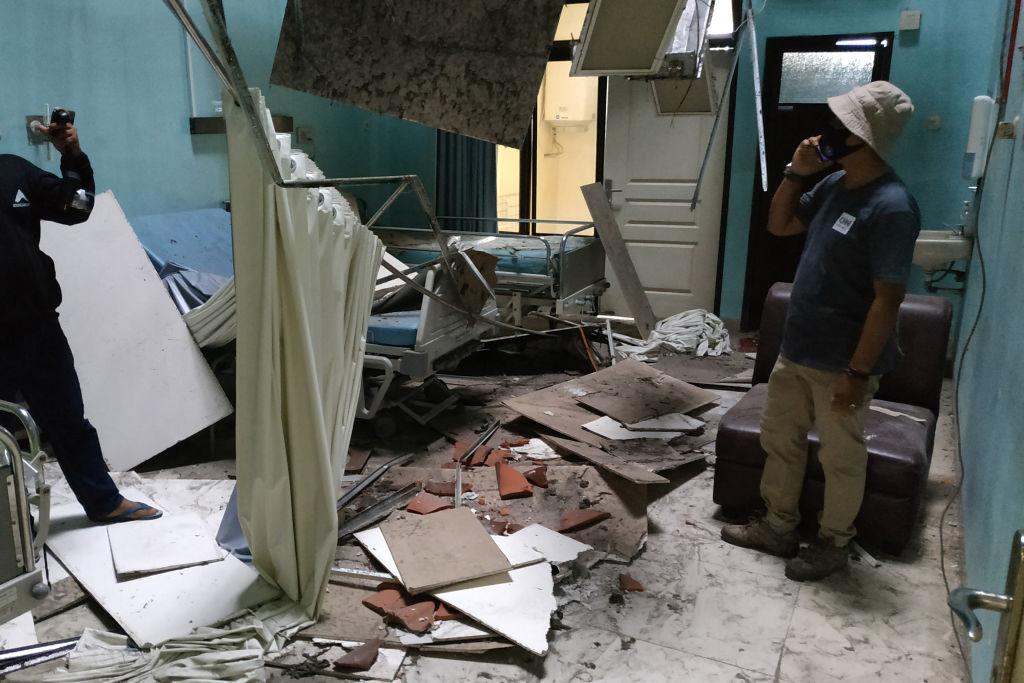 印度尼西亞爪哇島(Java Island)附近2021年4月10日發生規模5.9地震。圖為一家醫院病房受損情況。(AVIAN/AFP via Getty Images)