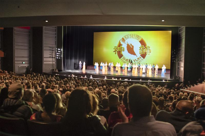 4月2日晚,神韻國際藝術團在西雅圖馬里恩奧利弗麥考劇院(Seattle Marion Oliver McCaw Hall)進行了今年在當地的首場演出,現場氣氛非常熱烈。(李劍鋒/大紀元)