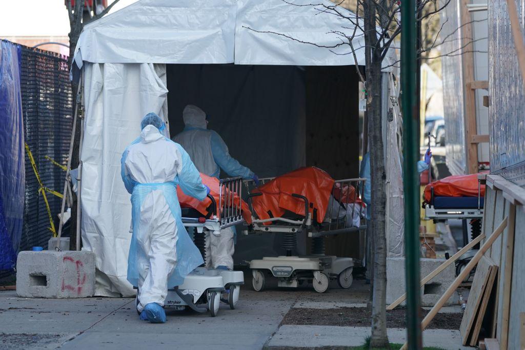 2020年4月4日,紐約市布碌崙威克霍夫醫院外的臨時停屍房。(BRYAN R. SMITH/AFP via Getty Images )