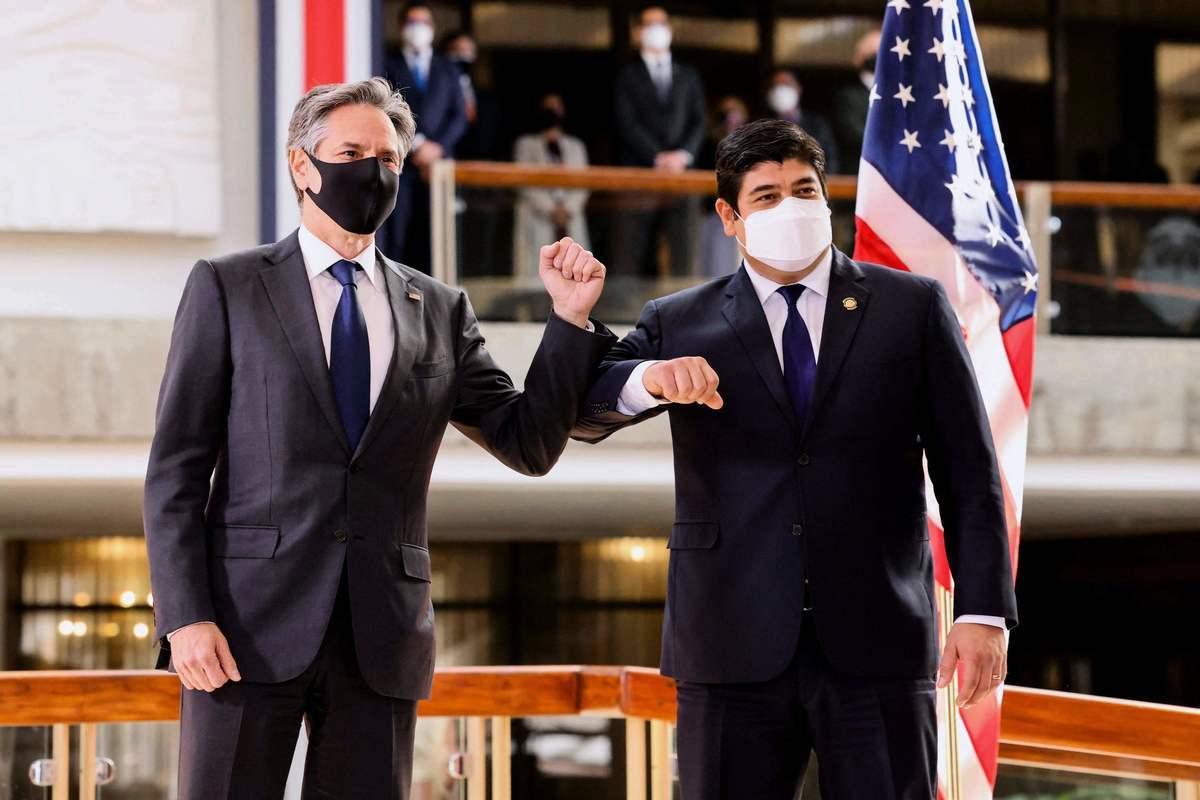 2021年6月1日,美國國務卿布林肯(Antony Blinken)訪問哥斯達黎加期間,與哥斯達黎加總統阿瓦拉多(Carlos Alvarado)在新聞發佈會後,兩人手肘相碰致意。(EVELYN HOCKSTEIN / POOL/AFP via Getty Images)