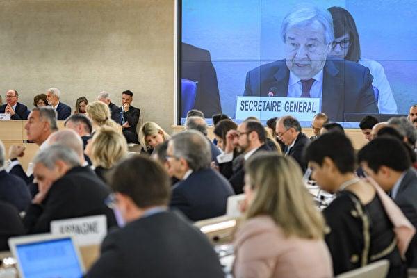 大屏幕顯示聯合國秘書長安東尼奧.古特雷斯(Antonio Guterres)2020年2月24日在日內瓦舉行的聯合國人權理事會主要年度會議開幕式上發表演講。 (Photo by FABRICE COFFRINI/AFP via Getty Images)