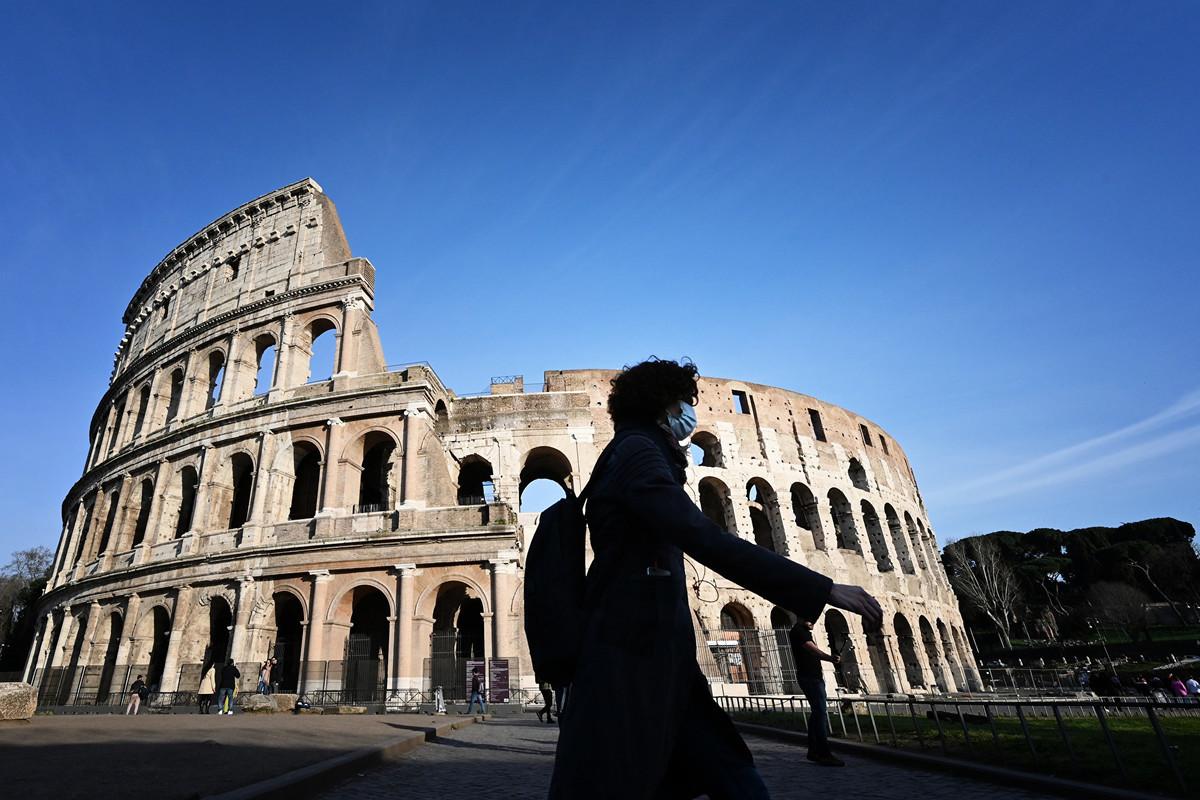 一名戴著口罩的遊客,於2020年3月10日走過因疫情封閉的羅馬競技場。(Alberto PIZZOLI/AFP)
