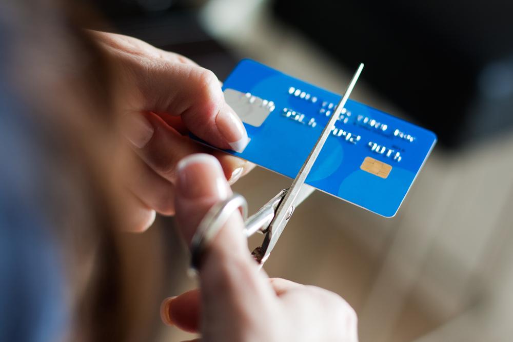 第一步:徹底停止使用信用卡。(Shutterstock)