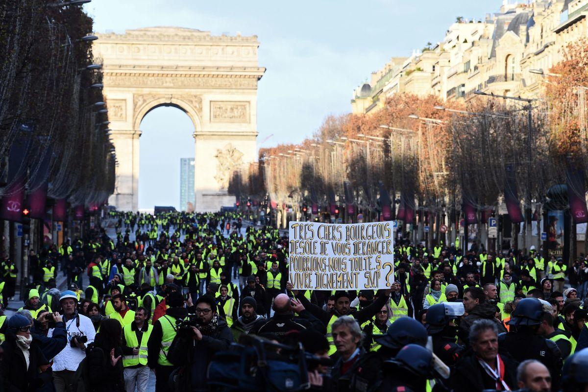 12月8日凱旋門附近的「黃背心」運動抗議者。(ALAIN JOCARD/AFP/Getty Images)
