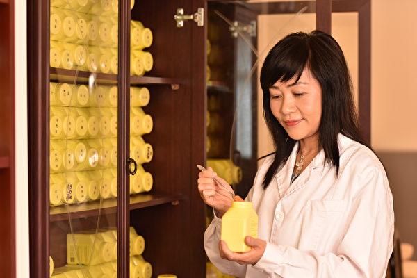 英國中醫大夫舒榮在新冠病情中配製祖傳中藥治病救人。(受訪者提供)
