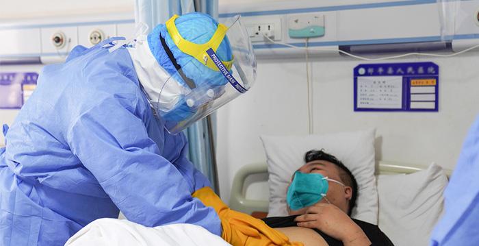 最近幾周,中共病毒爆發成為全球頭條新聞,目前美國亦處於季節性流感期,後者同樣具有致命性的風險。那麼這兩個傳染病,哪一個更令人擔憂? (STR/AFP via Getty Images)