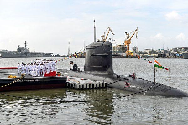 印度第一艘國產彈道導彈核潛艇「殲敵者號」(INS Arihant)將進行核試射,如果成功,對中共構成嚴重的核威懾。圖為印度的第2艘國產潛水艇坎德里號(INS Khanderi)今年9月舉行下水儀式。(Photo by PUNIT PARANJPE / AFP)