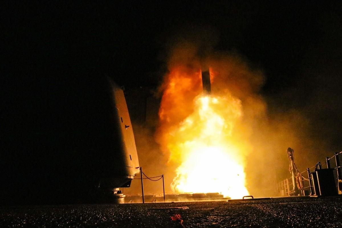 美國正式退出《中導條約》後,將開始測試新型導彈。包括經過重新設計的、能在陸上發射的戰斧導彈。圖為從海上發射的戰斧導彈。(Matthew DANIELS/US Department of Defense/AFP)