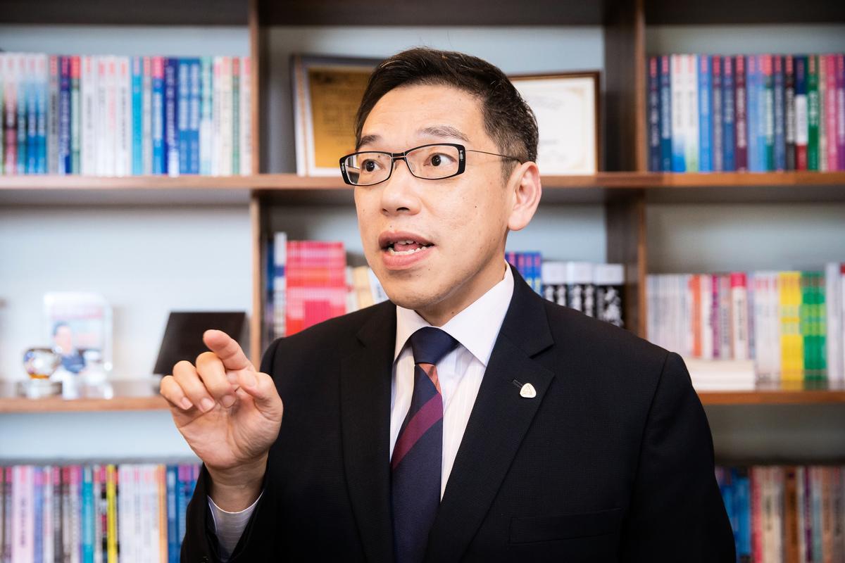 台灣金融研訓院院長黃崇哲2020年4月28日表示,由於人民幣的穩定出現問題,預期中共將嚴格管制資金外流。(陳柏州/大紀元)
