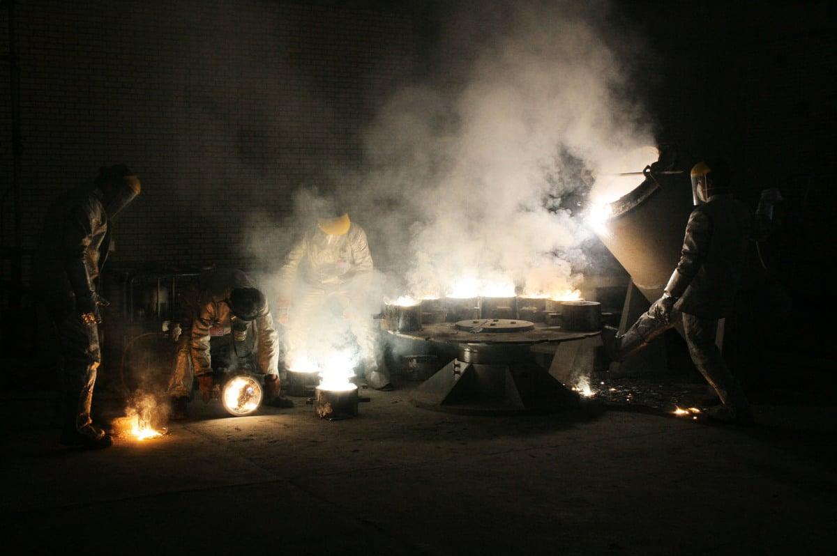 2005年3月30日,一人在伊朗首都德黑蘭以南約254英里(410公里)的伊斯法罕市(Isfahan)外的鈾轉化設施內工作。 伊朗中部的伊斯法罕和納坦茲市(Natanz)是伊朗核計劃核心的所在地。 伊斯法罕的工廠生產六氟化物氣體,然後將其進料到伊朗納坦茲工廠的離心機中進行濃縮。(Getty Images)