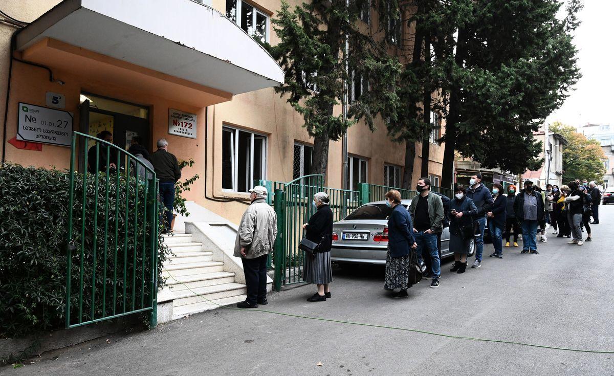 美國情報部門表示,疑似來自伊朗的黑客集團,成功入侵了至少一個州的選民登記數據庫。圖為在投票站外排隊的美國選民。(VANO SHLAMOV/AFP via Getty Images)