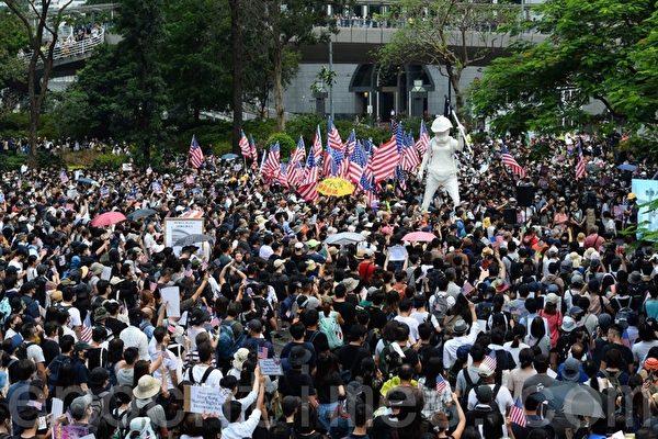 9月8日,香港民眾舉行《香港人權與民主法案》祈禱會和美領館請願行動。圖為港人在遮打花園集會。(余鋼/大紀元)