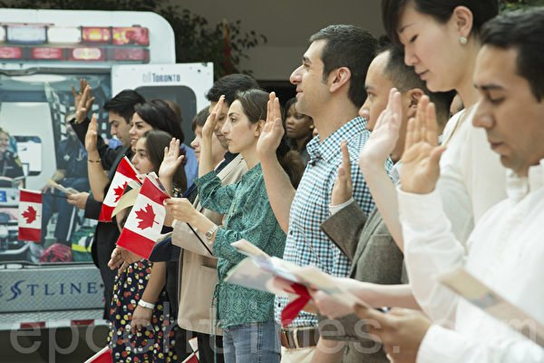 加拿大政府宣佈,從3月14日開始暫停全國所有入籍儀式與入籍考試。圖為加拿大公民入籍儀式。(艾文/大紀元)