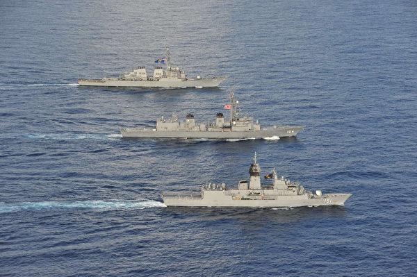 2020年10月19日,美軍驅逐艦麥凱恩號(DDG 56,遠處),日本海上自衛隊的驅逐艦基裏薩姆號(DD 104,中),和澳洲海軍護衛艦阿倫塔號(FFH 151,近處)在南中國海共同演練。(美國印太司令部)