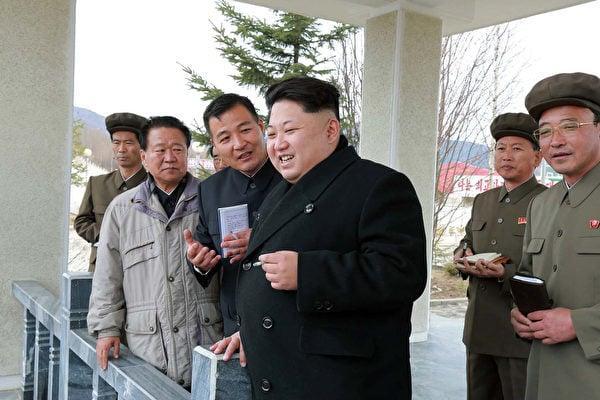 金正恩嗜吃美食而肥胖,需要一個由130名北韓最優秀專家組成的研究團隊維護他的健康。(KNS/KCNA/AFP)