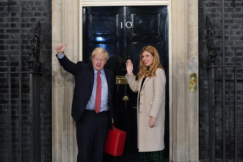 12月13日,英國首相約翰遜與女友在唐寧街10號前。(Peter Summers/Getty Images)