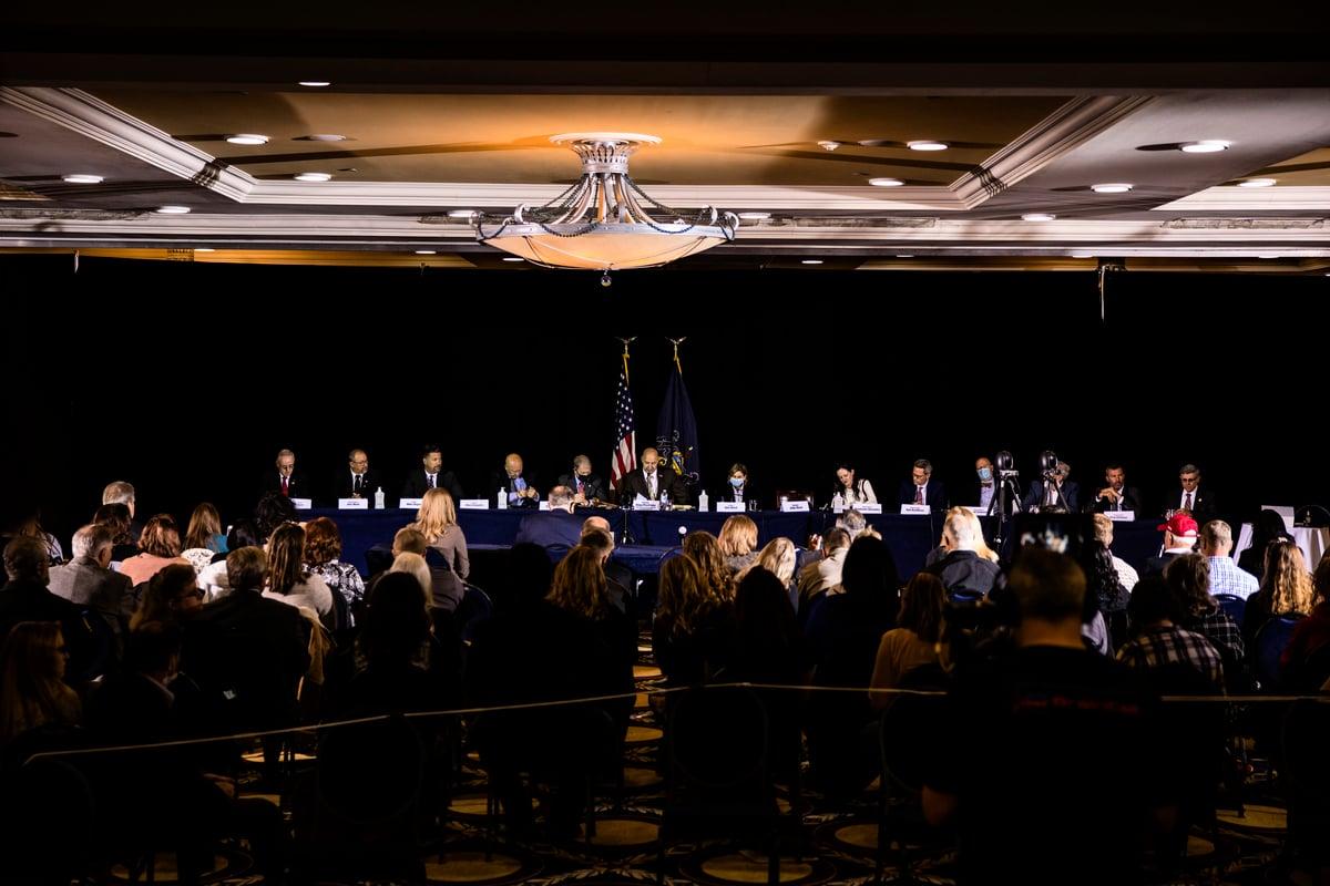 11月25日,特朗普競選團隊律師魯迪·朱利亞尼(Rudy Giuliani)向賓夕凡尼亞州共和黨州參議員建議,他們有權、也有責任投票選擇該州的選舉人。圖為聽證會現場。 (Photo by Samuel Corum/Getty Images)